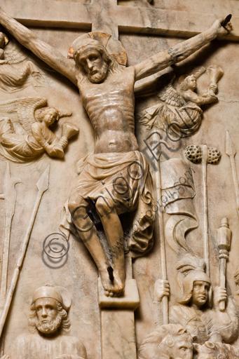 """Genova, Duomo (Cattedrale di S. Lorenzo), interno, navata meridionale, parete meridionale: """"Crocifissione"""" (1443) dal Monumento funebre di Girolamo Calvi, di artista lombardo della bottega Gagini.Particolare."""