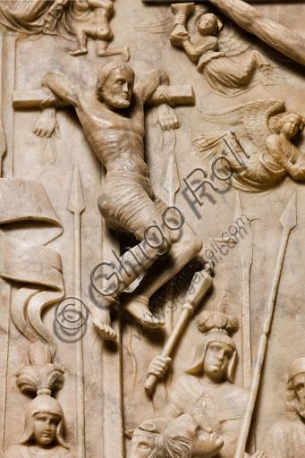 """Genova, Duomo (Cattedrale di S. Lorenzo), interno, navata meridionale, parete meridionale: """"Crocifissione"""" (1443) dal Monumento funebre di Girolamo Calvi, di artista lombardo della bottega Gagini.Particolare di uno dei ladroni."""