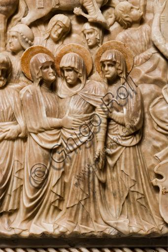 """Genova, Duomo (Cattedrale di S. Lorenzo), interno, navata meridionale, parete meridionale: """"Crocifissione"""" (1443) dal Monumento funebre di Girolamo Calvi, di artista lombardo della bottega Gagini.Particolare delle pie donne."""