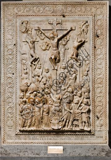 """Genova, Duomo (Cattedrale di S. Lorenzo), interno, navata meridionale, parete meridionale: """"Crocifissione"""" (1443) dal Monumento funebre di Girolamo Calvi, di artista lombardo della bottega Gagini."""