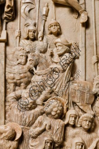 """Genova, Duomo (Cattedrale di S. Lorenzo), interno, navata meridionale, parete meridionale: """"Crocifissione"""" (1443) dal Monumento funebre di Girolamo Calvi, di artista lombardo della bottega Gagini.Particolare con uomo a cavallo."""