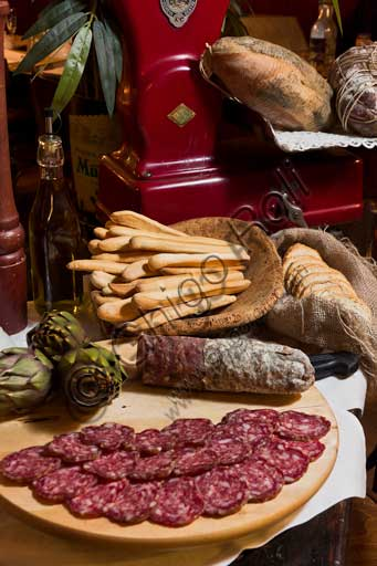"""Ristorante """"Il Cupolone"""", sala a pianterreno: salame di Varzi, carciofi e grissini."""