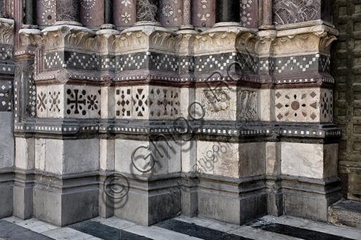 Genova, Duomo (Cattedrale di S. Lorenzo), lato ovest, la facciata, il portale di sinistra: particolare dei basamenti.