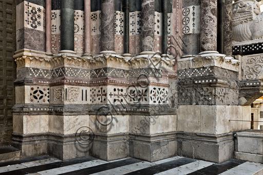 Genova, Duomo (Cattedrale di S. Lorenzo), lato ovest, la facciata, il portale di destra: particolare dei basamenti.