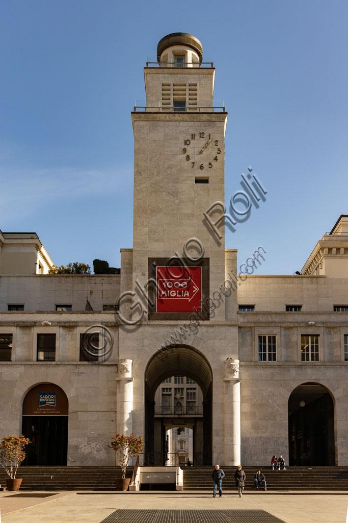 Brescia, piazza della Vittoria (piazza costruita tra il 1927 e il 1932) su progetto dell'architetto e urbanista Marcello Piacentini: particolare del quadriportico e della Torre della Rivoluzione.