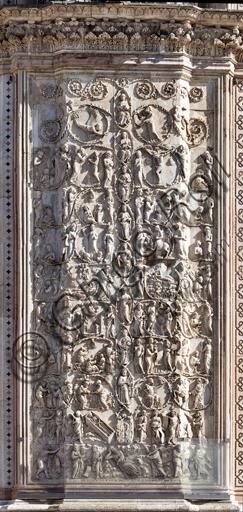 Orvieto, Basilica Cattedrale di Santa Maria Assunta (o Duomo): la facciata, iniziata alla fine del XIII secolo. Particolare del rivestimento dei quattro pilastri delle porte. Si tratta di lastree marmoree con bassorilievi eseguite tra il 1320 e il 1330 da Lorenzo Maitani con l'aiuto di maestranze senesi e pisane.Soggetto:seguito delle scene bibliche con le profezie messianiche. Tra i girali di acanto si sviluppano i seguenti temi: Adamo o Abramo dormiente; Re David, Re Salomone, Roboamo, Abia, Asa, Giosafat; Maria e Cristo. Ai lati i profeti con le loro tabelle. Le scene rappresentano: Balaam; la vocazione di Giosuè; il Miracolo di Gedeone; Davide unto re; Presentazione di Samuele a Elia; I fanciulli di Israele in Egitto; il pane e il vino preparati da Melchisedech ad Abramo; Crocifissione.