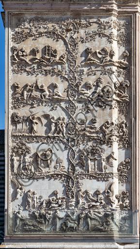 Orvieto, Basilica Cattedrale di Santa Maria Assunta (o Duomo): la facciata, iniziata alla fine del XIII secolo. Particolare del rivestimento dei quattro pilastri delle porte. Si tratta di lastree marmoree con bassorilievi eseguite tra il 1320 e il 1330 da Lorenzo Maitani con l'aiuto di maestranze senesi e pisane.Soggetto: scene bibliche dalla creazione a Jubal: sei serie di bassorilievi tra girali di una pianta di edera i cui rami dividono le scene principali. Nel primo pilastro si contemplano dunque  le Storie della Genesi: Creazione dei pesci, degli uccelli, delle piante; Creazione dei mammiferi; Creazione dell'uomo alla presenza di due angeli; Dio infonde vita ad Adamo ed estrae la costola per creare Eva; Adamo ed Eva condotti nell'Eden, il Peccato originale , la condanna; Cacciata dall'Eden; Adamo zappa ed Eva fila; Offerte di Caino e Abele; Caino uccide Abele; Noemi insegna a leggere a un fanciullo; Juval inventa i suoni; uno dei figli di Adamo con un compasso.