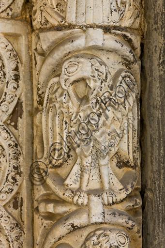 Genova, Duomo (Cattedrale di S. Lorenzo), lato nord, portale di S. Giovanni Battista (prima metà del sec. XII):  stipite. Particolare della decorazione con aquila, di scultori lombardo - comaschi. L'aquila è simbolo di S. Giovanni Evangelista.