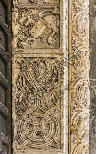 Genova, Duomo (Cattedrale di S. Lorenzo), lato nord, portale di S. Giovanni Battista (prima metà del sec. XII):  stipite destro. Particolare della decorazione con mostro e motivi vegetali, di scultori lombardo - comaschi.