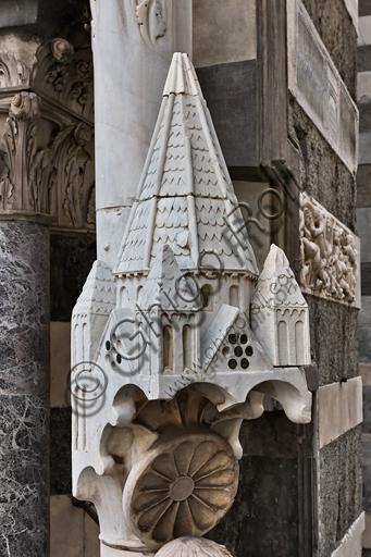 """Genova, Duomo (Cattedrale di S. Lorenzo), facciata, angolo tra il lato ovest e il lato sud: """"Santo con meridiana detto l'Arrotino (S. Giovanni evangelista?), 1225 circa.Particolare della parte sommitale."""