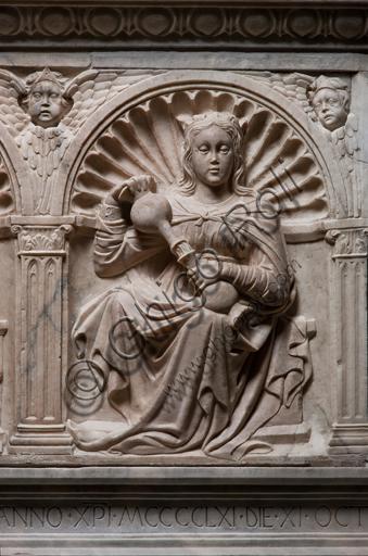 """Genova, Duomo (Cattedrale di S. Lorenzo), interno, navata settentrionale, Cappella De Marini: """"Monumento funebre a Giorgio Fieschi - Particolare della Temperanza"""", di Giovanni Gagini, 1461."""