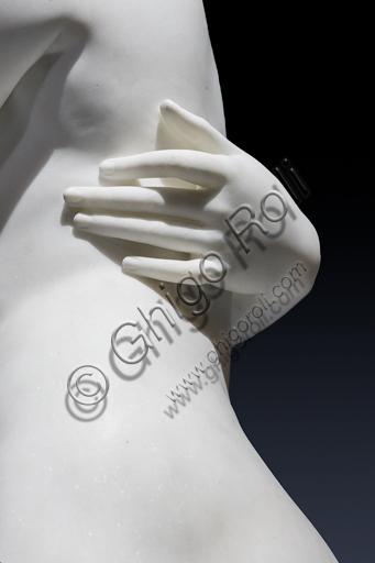 """""""Le Grazie con Cupido"""", 1820-2, di Bertel Thorvaldsen (1770 - 1844), marmo di Carrara. Particolare dell'abbraccio e di mano."""