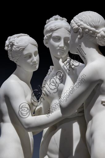 """""""Le Grazie con Cupido"""", 1820-2, di Bertel Thorvaldsen (1770 - 1844), marmo di Carrara. Particolare dell'abbraccio, con volti e sguardi tra le Grazie."""
