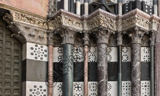 Genova, Duomo (Cattedrale di S. Lorenzo), lato ovest, la facciata, il portale di sinistra:  particolare delle colonne.