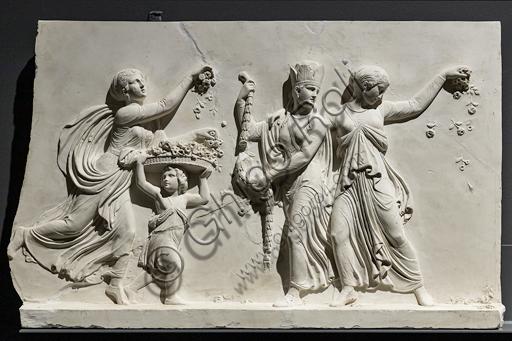 """""""L'ingresso di Alessandro Magno in Babilonia"""", fregio eseguito tra il 1818 e il 1828 da Bertel Thorvaldsen  (1770 - 1844) calco in gesso da un originale in marmo di Carrara. E' concepito come l'incontro tra due cortei che convergono verso il centro, cioè verso la figura di Alessandro Magno che avanza sul carro guidato dalla Vittoria, seguito dal suo celebre destriero Bucefalo e dai suoi soldati carichi di bottino. Di fronte al condottiero la figura allegorica della Pace, riconoscibile dal ramo di ulivo, precede il popolo e i governanti di Babilonia, che offrono i loro doni (cavalli, leoni, pantere…) al vincitore, mentre danzatrici spargono fiori in suo onore.Particolare delle danzatrici."""