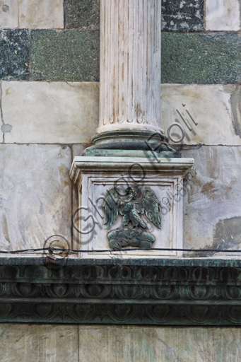 """Florence, the Baptistery of St. John, exterior, the Northern façade in Carrara white marble and green Prato marble: detail of the emblem of the Arte of Calimala or the Guild of the Cloth Merchants, an eagle which on a """"torsello"""", a bold of cloth."""