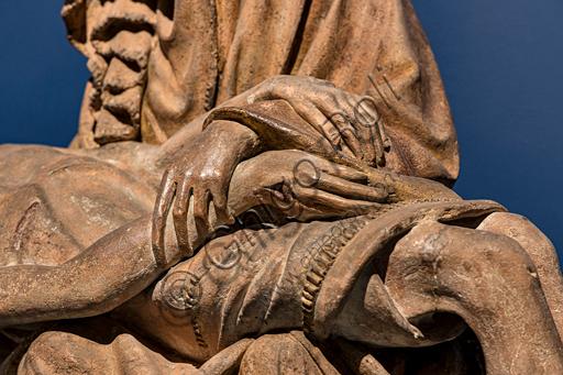 """""""Vesperbild"""" (Pietà), scultura in terracotta, 1420 - 30, di provenienza dall'Alta Svevia. Particolare dell'incrocio delle mani."""