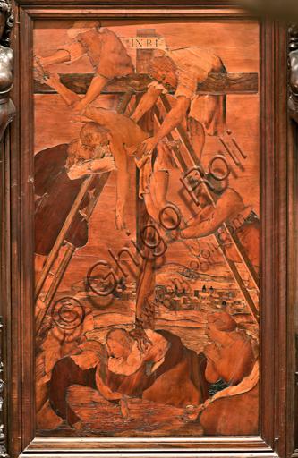"""Genova, Duomo (Cattedrale di S. Lorenzo), interno,  presbiterio, abside, coro, lato sud: """"Deposizione"""", tarsia lignea di Gian Michele De' Pantaleoni (secolo XVI)."""