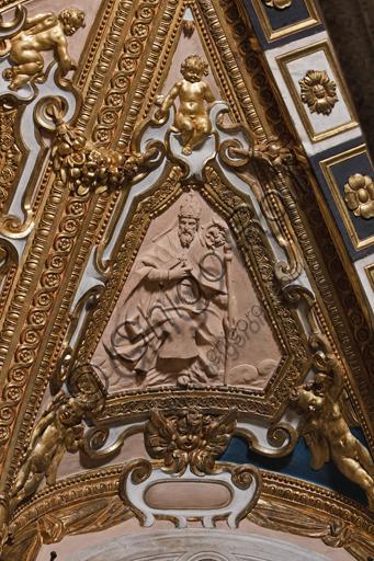 """Genova, Duomo (Cattedrale di S. Lorenzo),  Cappella di San Giovanni, volta dell'abside: """"Dottore della Chiesa"""",  formella in terracotta, della bottega di Taddeo Carlone."""