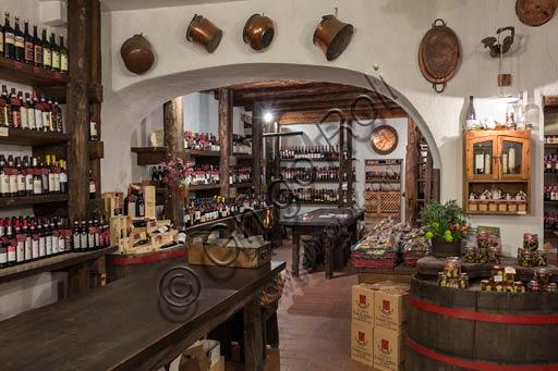 """Enoteca """"La corte del vino"""": bottiglie di vino della Valtellina."""