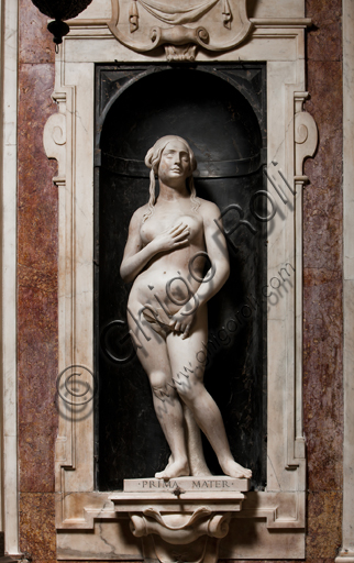"""Genova, Duomo (Cattedrale di S. Lorenzo),  Cappella di San Giovanni,  parete ovest: """"Eva"""", di Matteo Civitali, 1496-8, statua in marmo entro nicchia."""
