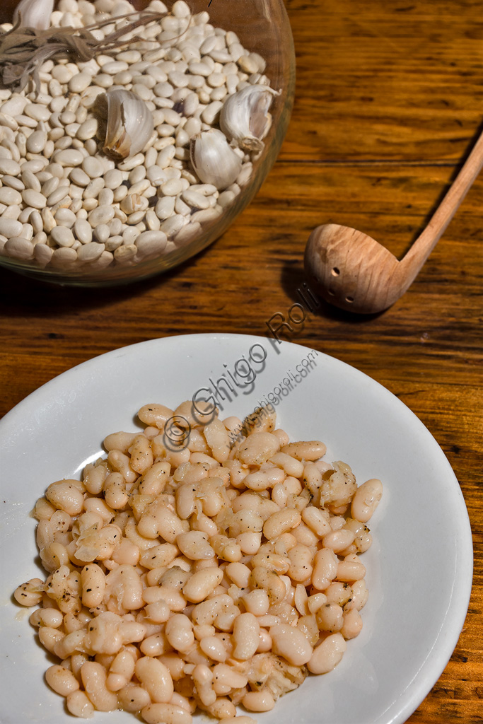 Raw and cooked Sorana beans.