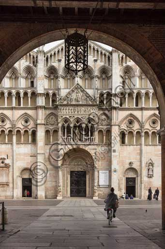 Ferrara, piazza della Cattedrale (the Cathedral Square): view of the Cathedral, dedicated to St. George and inaugurated in 1135, from the Vòlto del Cavallo (Passage of the Horse).
