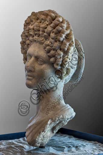 Fiesole, Museo archeologico: Ritratto d'ignota dalla elaborata acconciatura, identificata tradizionalmente con Vibia Sabina (età traianea, II secolo d.C.).