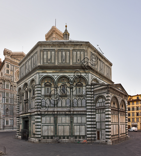 Firenze, Battistero di San Giovanni, esterno: la facciata a Nord-Ovest in marmo di Carrara bianco e verde di Prato con la porta di Lorenzo Ghiberti sul lato Nord.