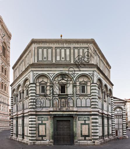 Firenze, Battistero di San Giovanni, esterno: la facciata a Nord in marmo di Carrara bianco e verde di Prato con la porta di Lorenzo Ghiberti.