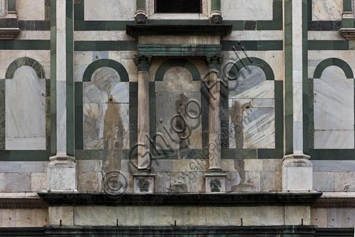 Firenze, Battistero di San Giovanni, esterno, la facciata a Nord in marmo di Carrara bianco e verde di Prato: particolare.