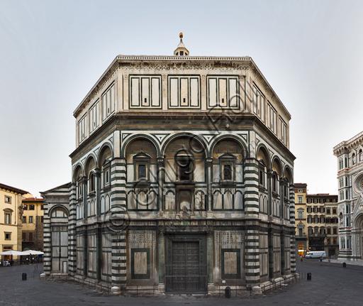 Firenze, Battistero di San Giovanni, esterno: la facciata a Sud in marmo di Carrara bianco e verde di Prato con la porta di Andrea Pisano.