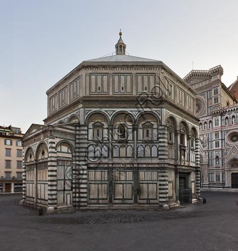 Firenze, Battistero di San Giovanni, esterno: la facciata a Sud-Ovest in marmo di Carrara bianco e verde di Prato con la porta di Andrea Pisano sul lato Sud.