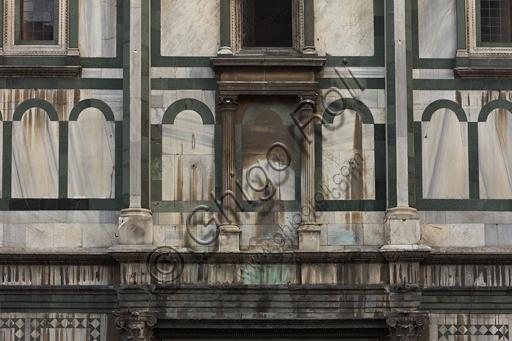 Firenze, Battistero di San Giovanni, esterno, la facciata a Sud in marmo di Carrara bianco e verde di Prato: particolare.