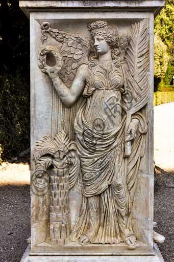 Firenze, Giardini di Boboli: base di una delle due statue dei Prigiornieri Daci (II secolo). Le due basi con rilievi di Vittorie, Dioscuri e barbari vinti provengono dal tempio del Sole sulla via Lata, fatto costruire da Aureliano.