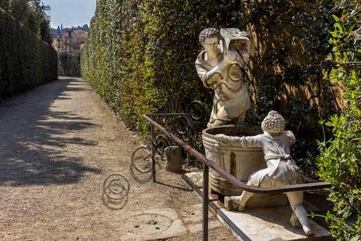 Firenze, Giardini di Boboli: fontana con statua raffigurante la vendemmia nel viale della Meridiana.