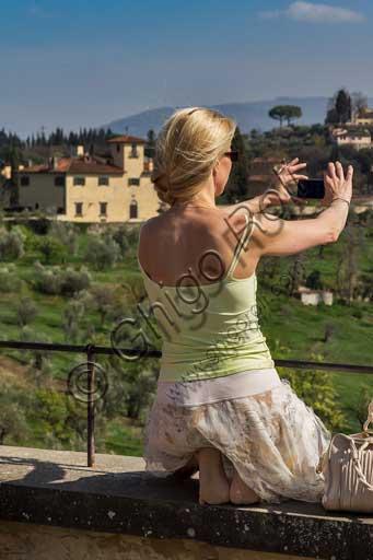 Firenze, Giardini di Boboli, Giardino del Cavaliere: turista scatta una fotografia.