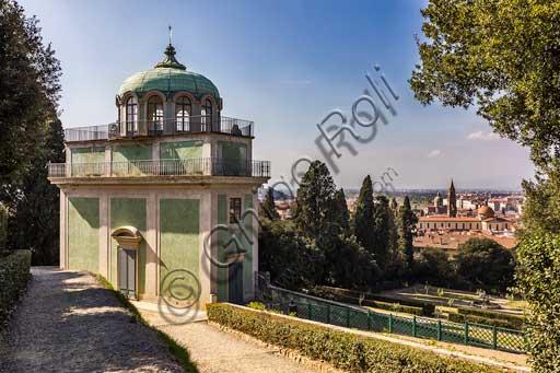Firenze, Giardini di Boboli: Kaffeehaus, padiglione rococò realizzato nel 1776 da Zanobi del Rosso. Sullo sfondo: il quartiere e la Basilica di Santo Spirito.