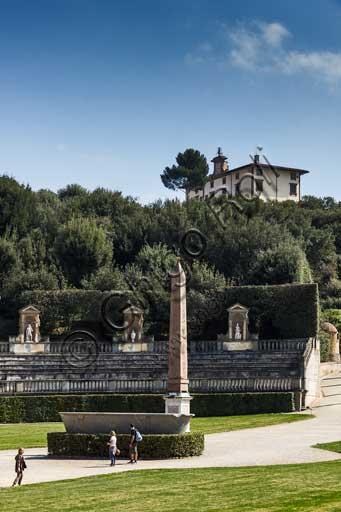 Firenze, Giardini di Boboli: l'obelisco egiziano e la vasca in  granito, forse proveniente dalle Terme alessandrine di Roma. Sullo sfondo, Forte Belvedere.