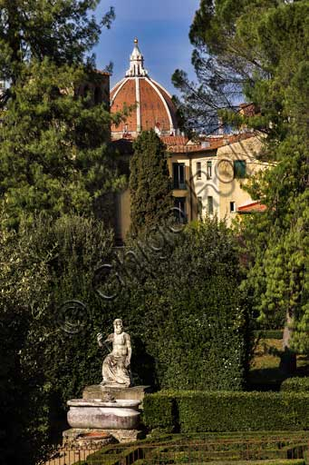 Firenze, Giardini di Boboli, L'Orto di Giove: Statua di Giove seduto, di Baccio Bandinelli (1556). Sullo sfondo la cupola della Cattedrale di Santa Maria del Fiore.