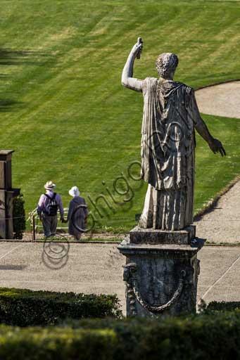 Firenze, Giardini di Boboli, Rampa dell'Anfiteatro: statua romana di Demetra e coppia di turisti.