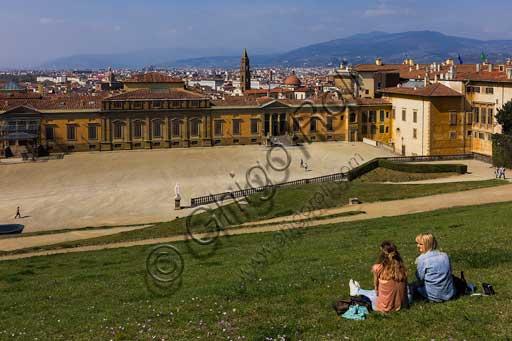 Firenze, Giardini di Boboli: turiste sedute sul prato di fronte alla Palazzina della Meridiana.