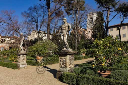 Firenze, Palazzo Corsini al Prato: statue virili nei giardini.