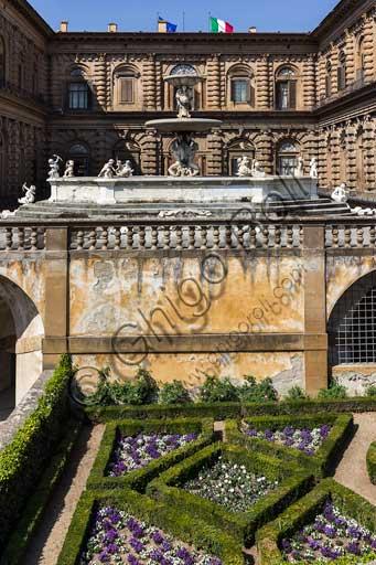 Firenze, Palazzo Pitti: la facciata sui Giardini di Boboli con la Fontana del Carciofo.