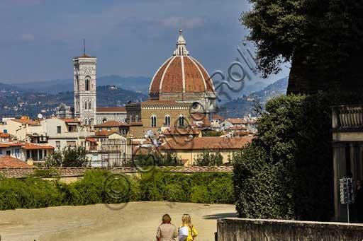 Firenze, Palazzo Pitti: la facciata sui Giardini di Boboli. Sullo sfondo: il Duomo e la cupola del Brunelleschi.