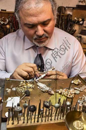 Firenze, Penko Bottega Orafa: Paolo Penko al banco di lavoro realizza un raffinato piccolo Pinocchio.