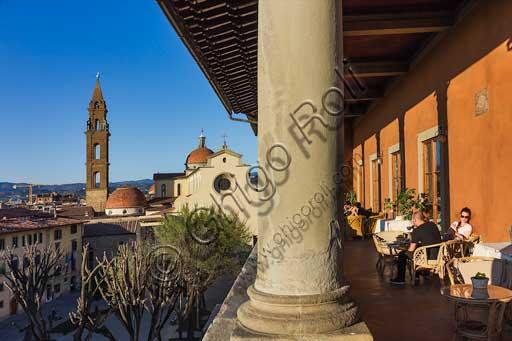 Firenze, piazza Santo Spirito: veduta panoramica dalla loggia cinquecentesca di Palazzo Guadagni. Turisti seduti a un tavolino.