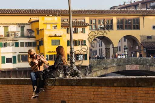 Firenze, Ponte Vecchio:  turiste che si fotografano con un Apple iPhone.