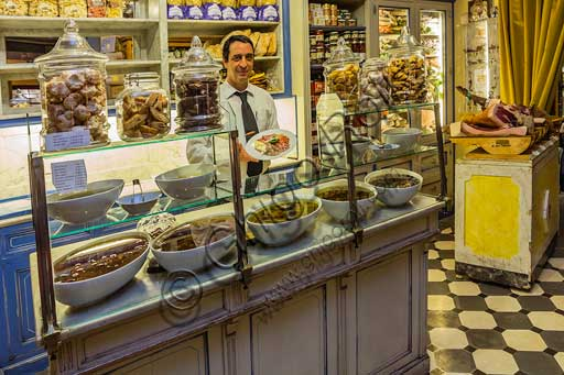 Florence, Olio and Convivium Restaurant: room with some Italian typical products (olives).