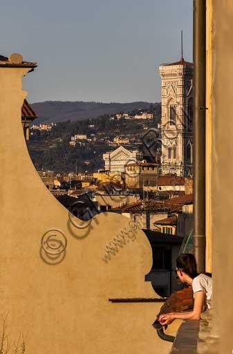 Firenze: veduta sui tetti della città da Piazza Santo Spirito. In primo piano parte della facciata della Basilica di Santo Spirito e, sullo sfondo, il campanile di Giotto.